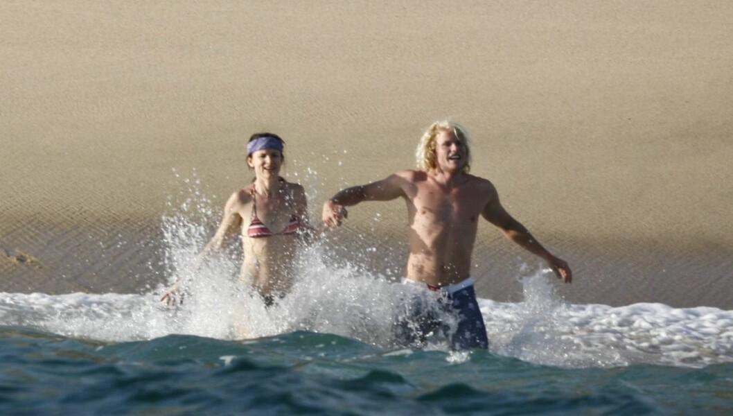 <strong>FORELSKET?:</strong> Juliette Lewis så ut til å stortrives i selskapet til sin mannlige strand-date i Mexico mandag. Foto: Stella Pictures