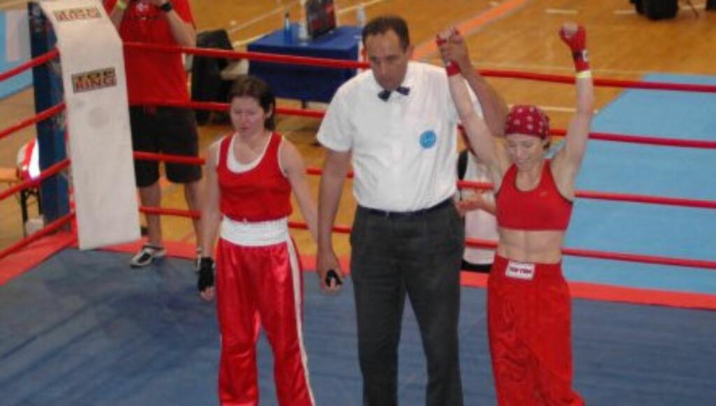KNALLHARD: Kickbokser Mette Solli trener hardt for tilværelsen i kickbokserringen. Hennes lange karriere har derimot gitt både opp- og nedturer, som her møter polske Katarzyna Czuba. Foto: Privat