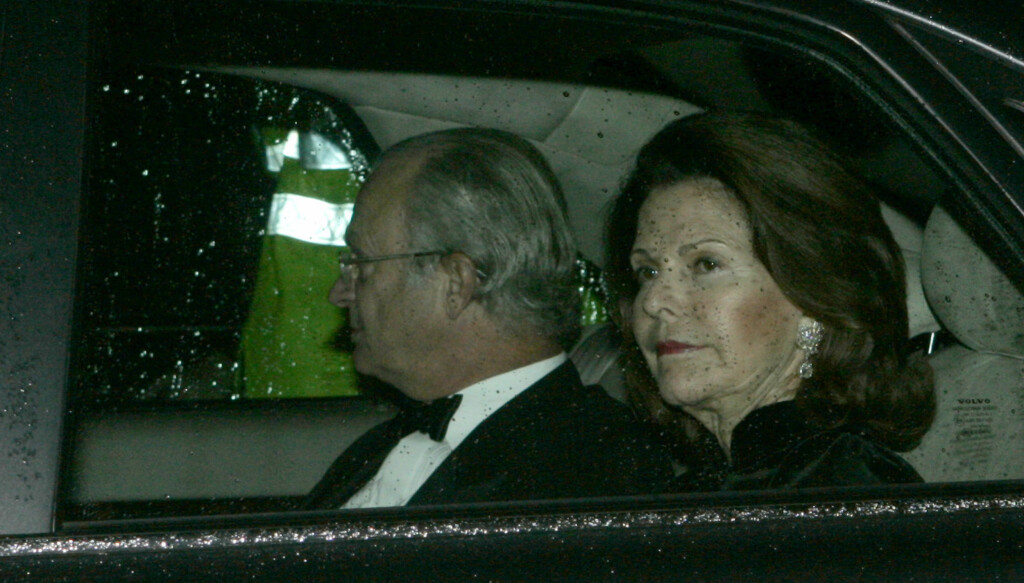 FRAKTES HJEM I BIL: - Hun må hvile og ta det med ro. Dronningen er nå sakte, men sikkert på vei hjem til Sverige, forteller Bertil Ternert til Expressen.  Foto: AP