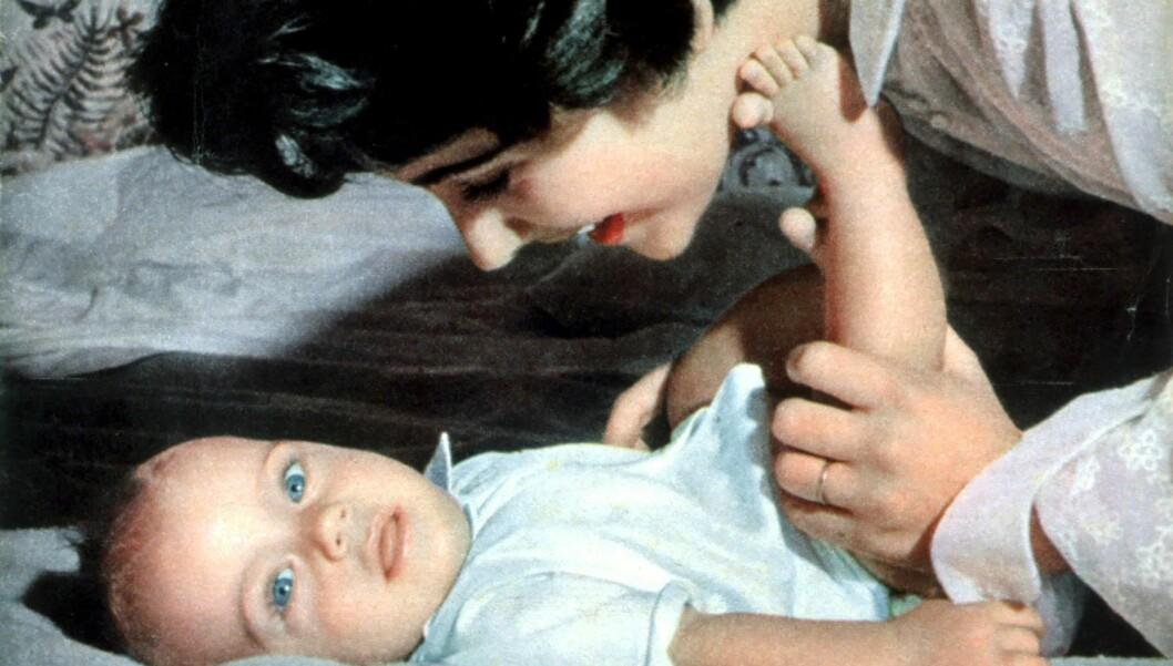 <strong>MOR OG SØNN:</strong> Elizabeth Taylor med sønnen Michael Howard Wilding i januar 1953.  Foto: Stella Pictures