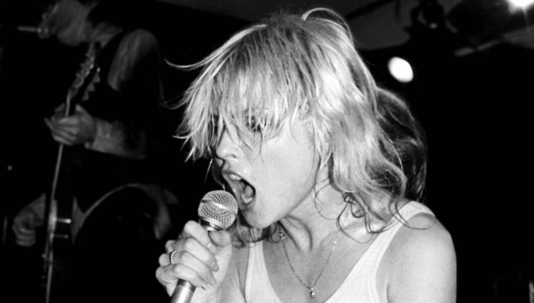 HAVNET PÅ KJØRET: Livet som rockestjerne førte til mye festing for Debbie Harry. Her er hun fotografert under en Blondie-konsert i 1978.  Foto: Stella Pictures