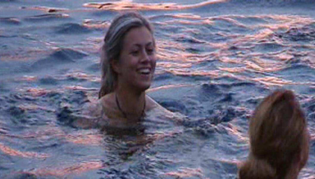 KASTET KLÆRNE: Synne Bolstad og de andre «Farmen»-deltagerne tok seg tid til litt bading innimellom «slagene». Foto: TV 2
