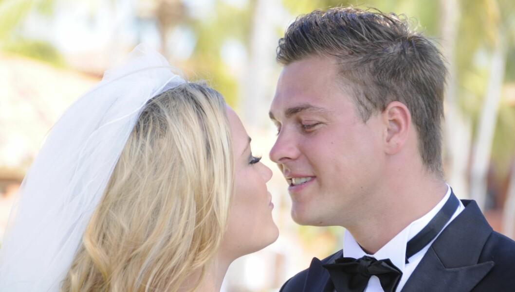 BRYLLUPSKYSSET: Slik så det ut da den danske «Paradise Hotel»-duioen Amalie Szigethy (19) og Peter Birch (27) giftet seg i Mexico. Men bryllupsnatten gikk ikke like glatt... Foto: Med tillatelse fra dansk TV3