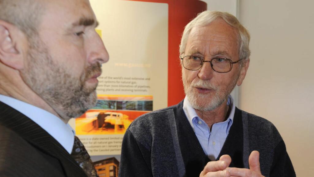 DEBUTANT: Tidligere spesialrådgiver Hogne Hongset har skrevet en thriller fra oljebransjen, den første i en serie på tre. Her i samtale med Dag Terje Andersen på en gasskonferanse i Bergen i 2008. Foto: Marit Hommedal / SCANPIX