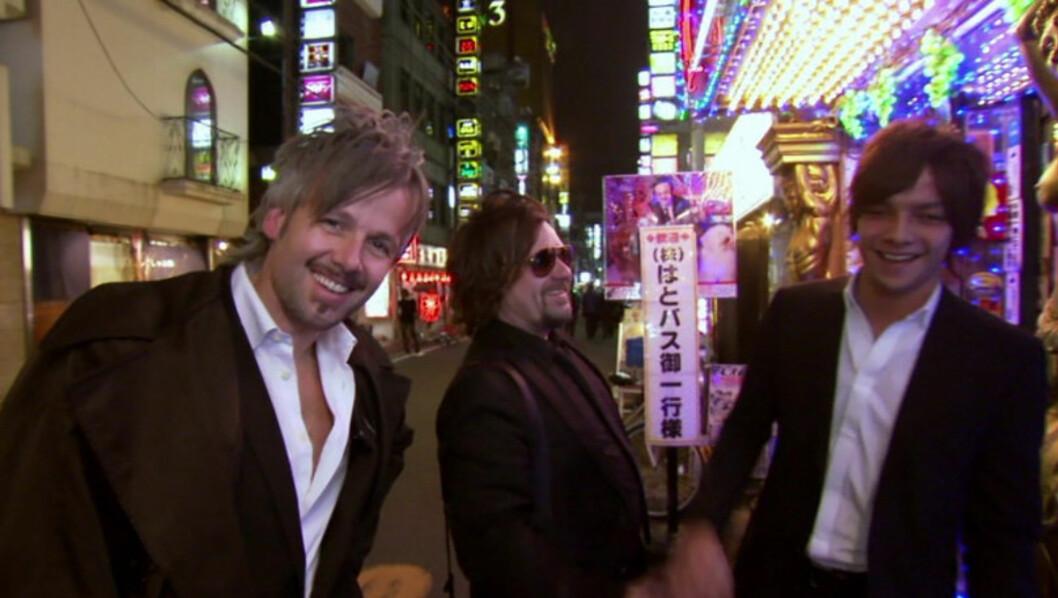 MÅ VIKE: I første episode av «Ari og Per» besøkte de to kameratene Tokyo i Japan. Nå er det asiatiske landet rammet av en enorm tsunamibølge. Foto: NRK