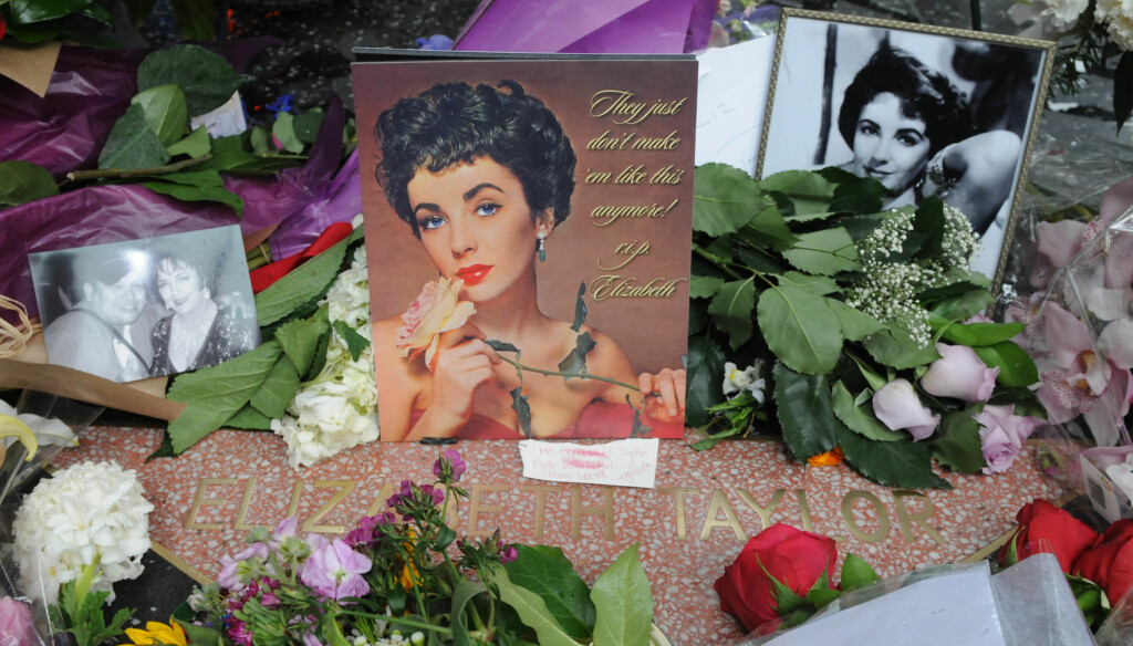 BLOMSTERHAVET: Elizabeth Taylor minnes av mange utenfor Madam Tussauds på Hollywood Blvd. Foto: All Over Press