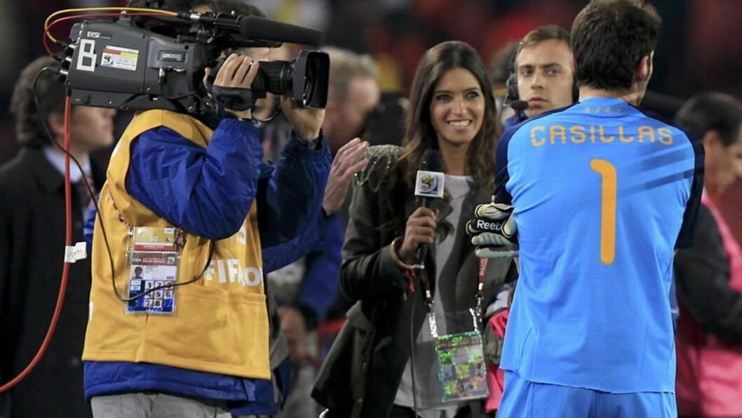 <strong>STERKE MENINGER:</strong> Sara Carbonero er av FHM blitt kåret til verdens vakreste journalist, og er kjæreste med Real Madrid- og Spania-kaptein Iker Casillas. Nå kritiserer hun Casillas' lagkompis i Real Madrid - Cristiano Ronaldo. Foto:   REUTERS/Marcelo Del Pozo
