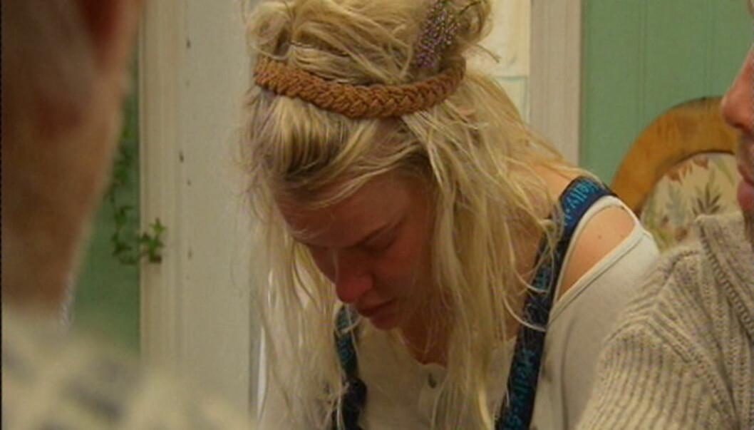SOV I BINGEN: - Ja, jeg tok meg en liten lur i grisebingen, innrømmer Julie Aas Rye, som flere ganger har brutt sammen i tårer når spørsmålet om slakting har blitt tatt opp. Foto: TV 2