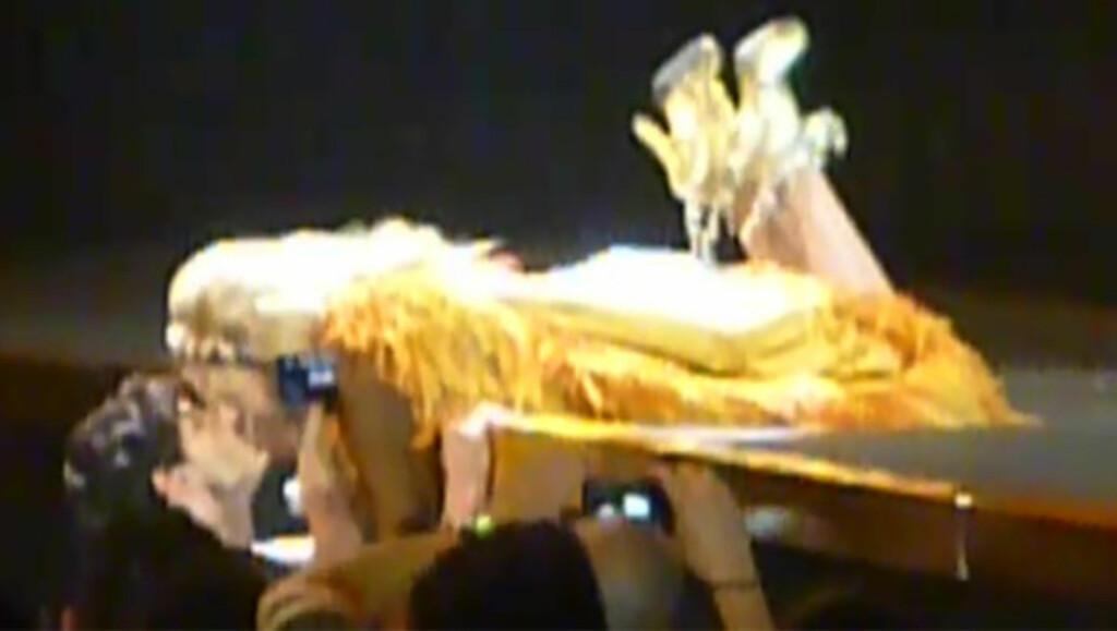 KLINTE TIL: Kylie Minogue overrasket publikum med å kysse kjæresten Andres Veloncoso under en konsert i Spania tidligere denne uken. Foto: Fra Youtube