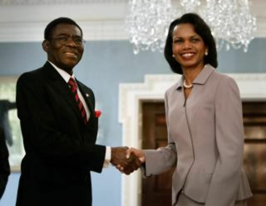 KOMPIS: Også president W. Bushs regjering hadde tett kontakt med despoten Obiang og hans bittelille, men oljerike land. Foto: REUTERS/Jason Reed/Scanpix
