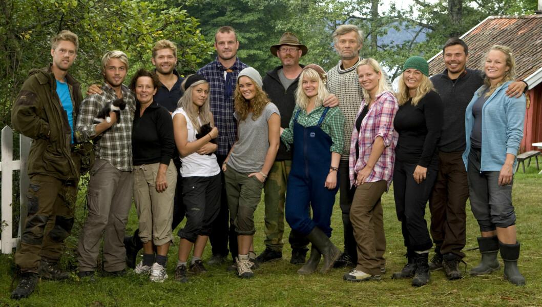 <strong>KJEMPER TAPPERT:</strong> 14 deltagere kjemper en hard og bitter kamp om å ta seg helt til topps i «Farmen» på TV 2. Torsdag skal årets første førstekjempe velges. Foto: TV 2