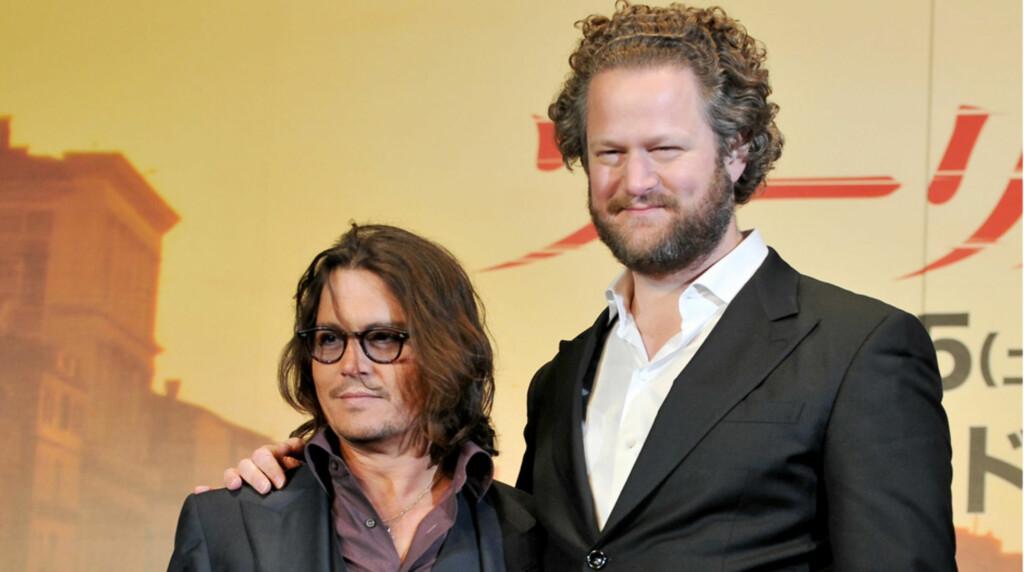 LITEN: Skuespiller Johnny Depp så komisk liten ut ved siden av regissør Florian Henckel von Donnersmarck. De deltok sammen på Tokyo-premieren til deres film «The Tourist» denne uken.  Foto: Stella Pictures