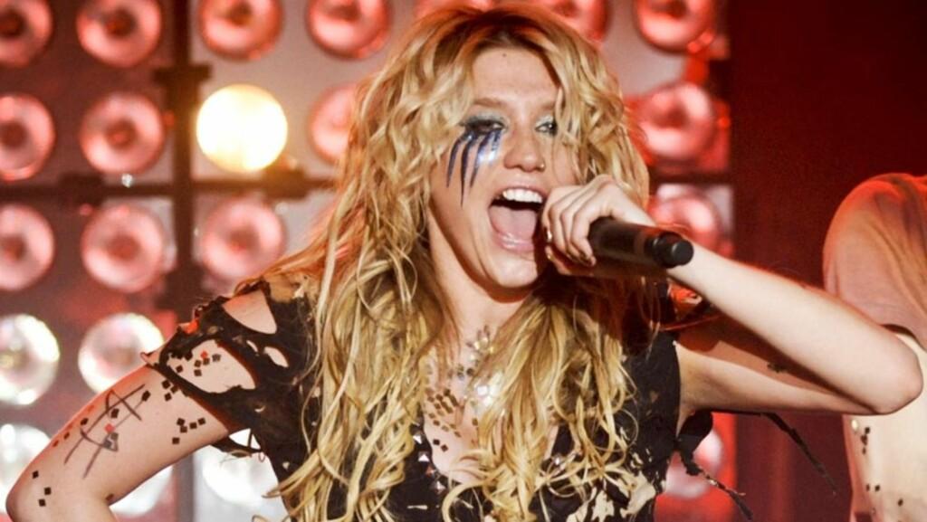 KONDOMKONSERT: Popstjernen Kesha kommer til å la det regne kondomer ned til publikum på sine neste konserter i et forsøk på å promotere sikker sex. Her fra en opptreden i Paris før jul. Foto: Stella Pictures