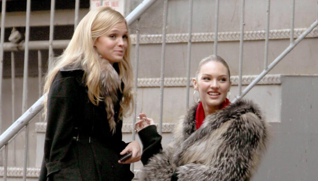 RØYKEHJØRNET: Erin Heatherton og Candice Swanepoel (22) er røykere, noe de har til felles med svært mange modeller. Foto: Stella Pictures