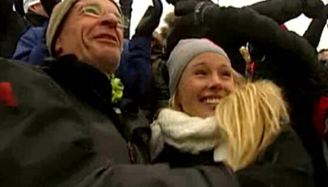 <strong>I OMFAVNELSE:</strong> Ernst A. Lersveen og Rachel Nordtømme omfavnet hverandre i gledesrus etter at Petter Northug sikret VM-gullet. Det skaper reaksjoner. Foto: Bildegrab fra TV 2