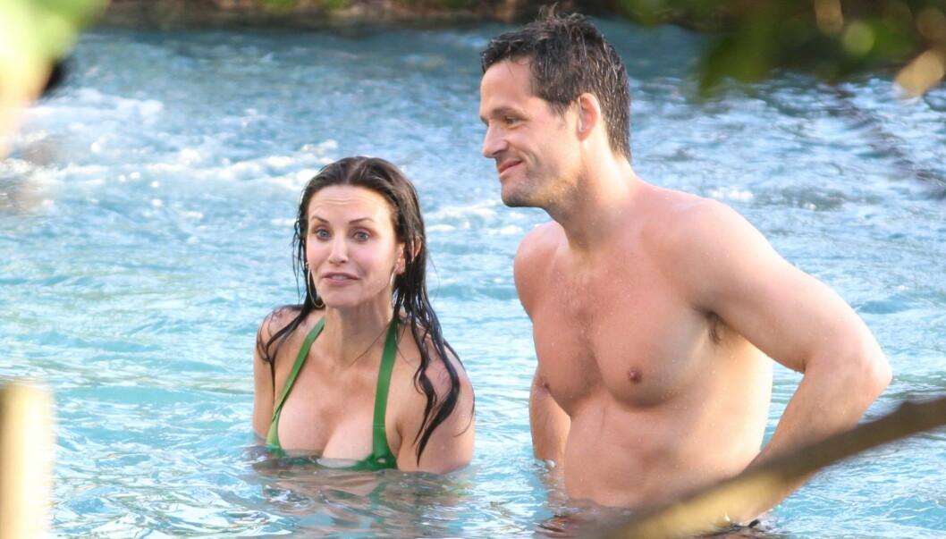 KIRURGI-SPEKULASJONER: - Den grønne bikinien hadde enten flatterende innlegg, eller så har den tidligere Friends-stjernen tatt mer drastiske ting i bruk for å øke bryststørrelsen, skriver Daily Mail om brystene til Courteney Cox. Her er hun avbildet  Foto: All Over Press