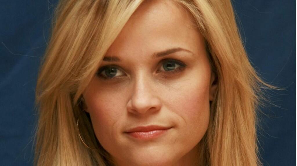 VAKKER: Skuespiller Reese Witherspoon sørger for å alltid ha en sminkepung i nærheten. Da er det vel ingen sak å se såpass flott ut? Her fra en portrettserie tatt før jul.  Foto: Stella Pictures