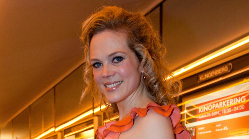 IKKE HÅRSÅR: Skuespiller Ane Dahl Torp mener at folk legger for mye i uttalelsene hennes om den ett år gamle sønnen Sigurd. Her stråler hun på førpremieren til sin nyeste film, «Mennesker i Solen», på Klingenberg Kino i Oslo.   Foto: Stella Pictures