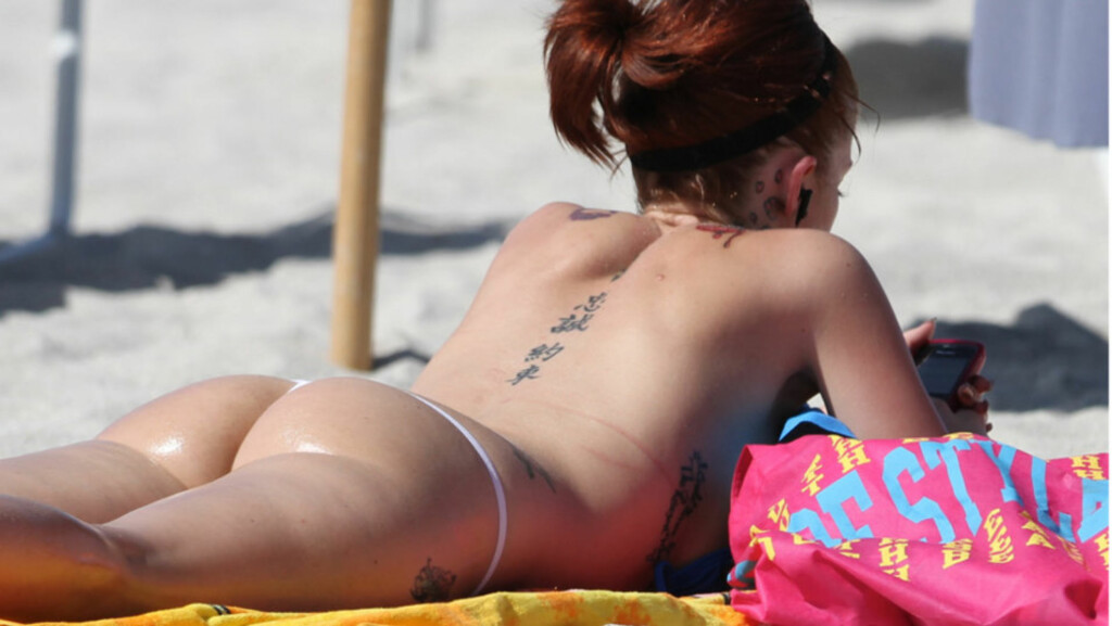 RUMPA BAR: Pornostjernen Joslyn James, en av Tiger Woods tidligere elskerinner, overlot lite til fantasien på stranden i Miami denne uken...   Foto: All Over Press