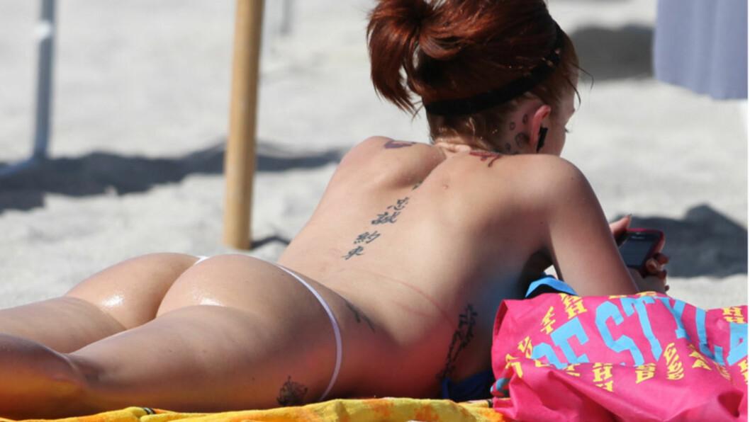 RUMPA BAR: Pornostjernen Joslyn James, en av Tiger Woods tidligere elskerinner, overlot lite til fantasien på stranden i Miami denne uken...   Foto: All Over Press