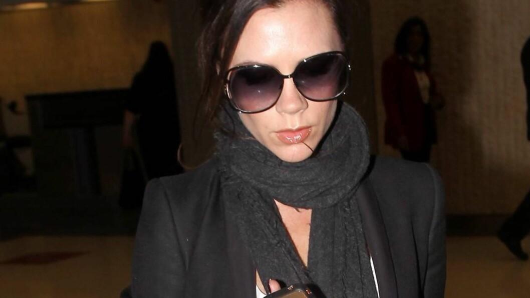 <strong>SNUDDE I DØRA:</strong> Victoria Beckham nektet å tilbringe en elleve timer lang flytur til Los Angeles sammen med sin uvenn gjennom mange år, Katie Price. Da hun fikk vite at den tidligere glamourmodellen var på samme rute som henne onsdag, byttet hun til en  Foto: Stella Pictures