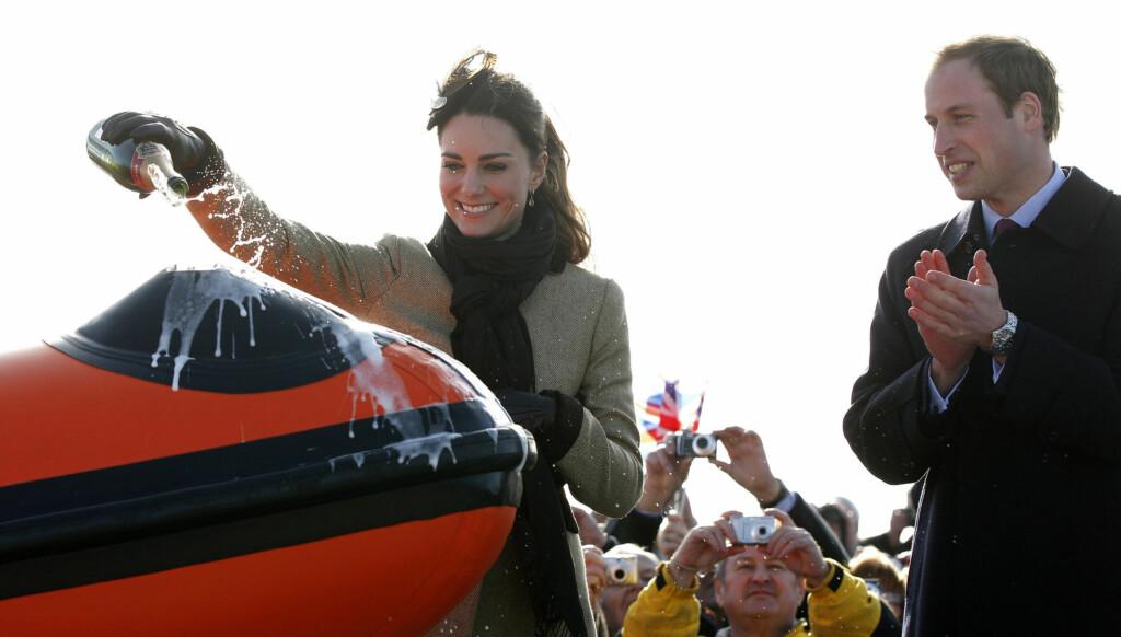 HELTE CHAMPAGNE: Kate fikk æren av å helle champagne over livbåten. Foto: Stella Pictures