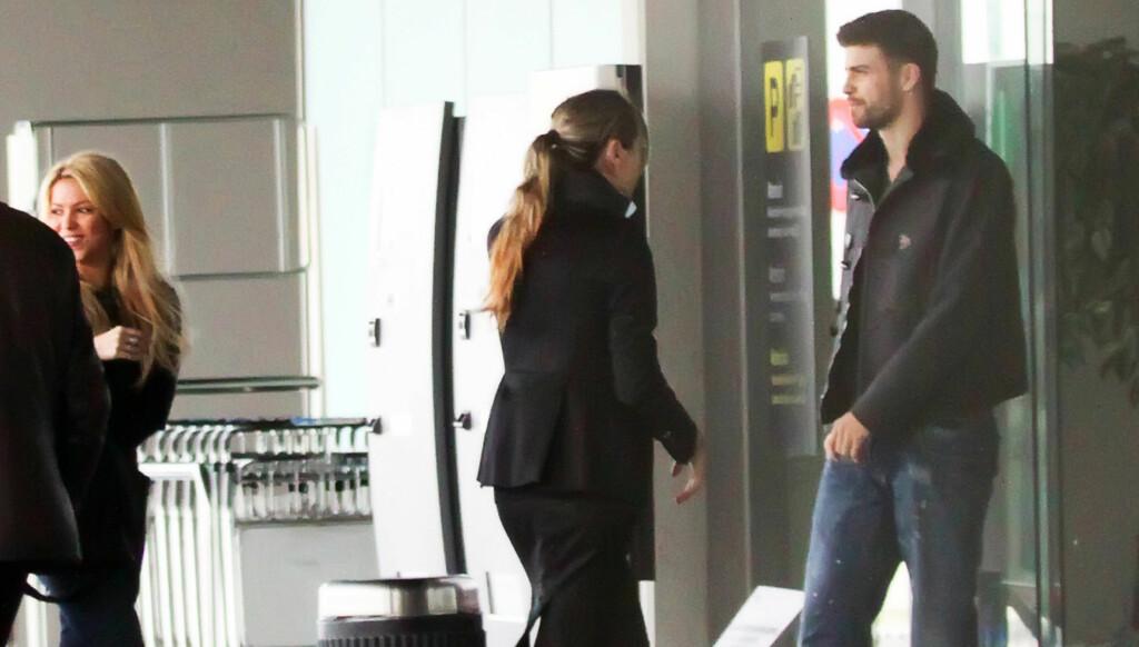 NYTT PAR? Hverken Shakira (t.v) eller Piqué vil innrømme at de er et par, men mandag ble de to fotografert sammen på flyplassen i Barcelona, klare til å gå ombord i et privatfly.   Foto: Stella pictures
