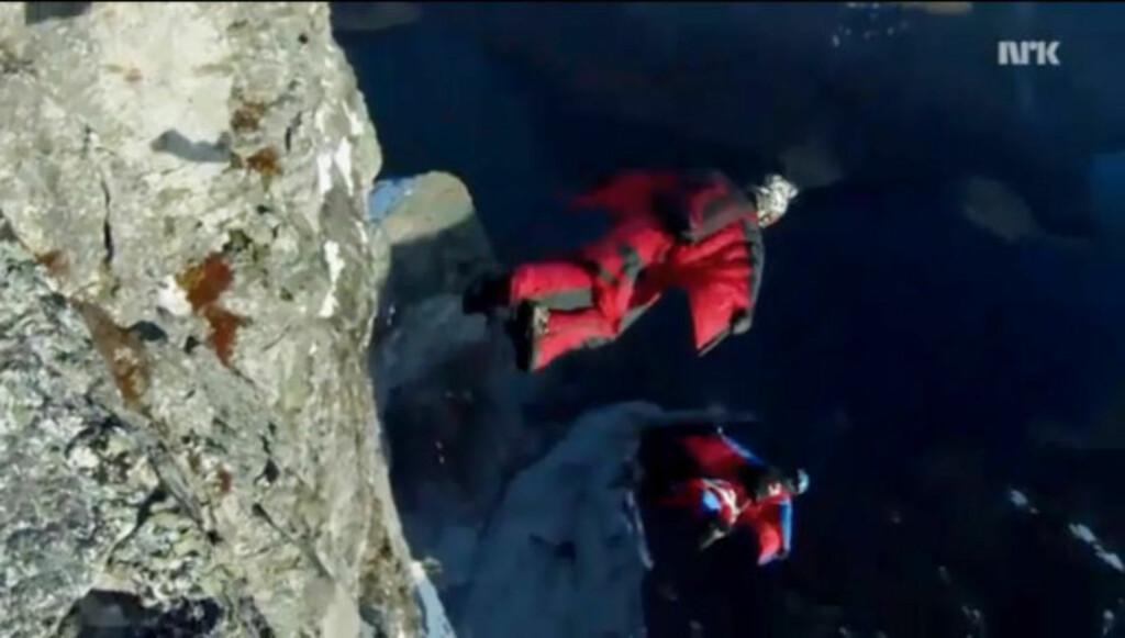 EKSTREMSPORT: Er det en fugl? Er det et fly? Nei, det er Tom Erik Heimen og Jokke Sommer i wingsuits. Draktene tas på før et fallskjermhopp, og hopperen kan komme opp i hastigheter på rundt 200 kilometer i timen. Foto: YouTube.com / NRK