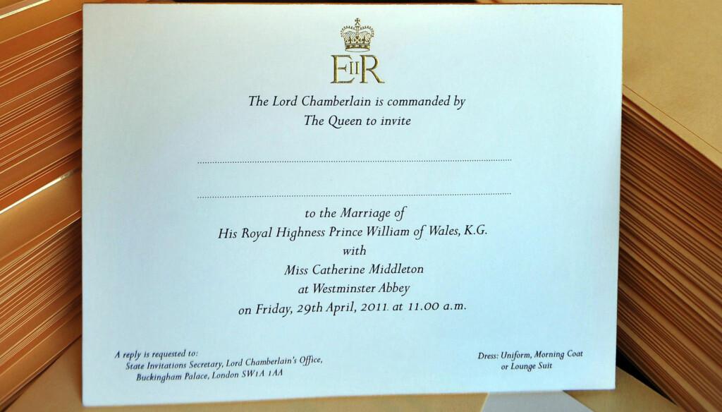 INVITASJONEN: Dette er den kongelige bryllupsinvitasjonen! Bilder er tatt mens et medlem av Lord Chamberlains Office legger prins William og Kate Middletons bryllupsinvitasjoner i konvolutter på Buckingham Palace... Foto: All Over Press
