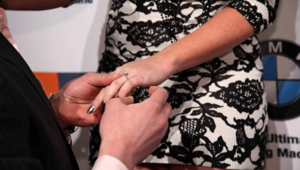 FORLOVET SEG: Slik så det ut da Jersey Shore-stjernen Angelina Pivarnick ble en forlovet kvinne på den røde løperen i New York. Foto: All Over Press