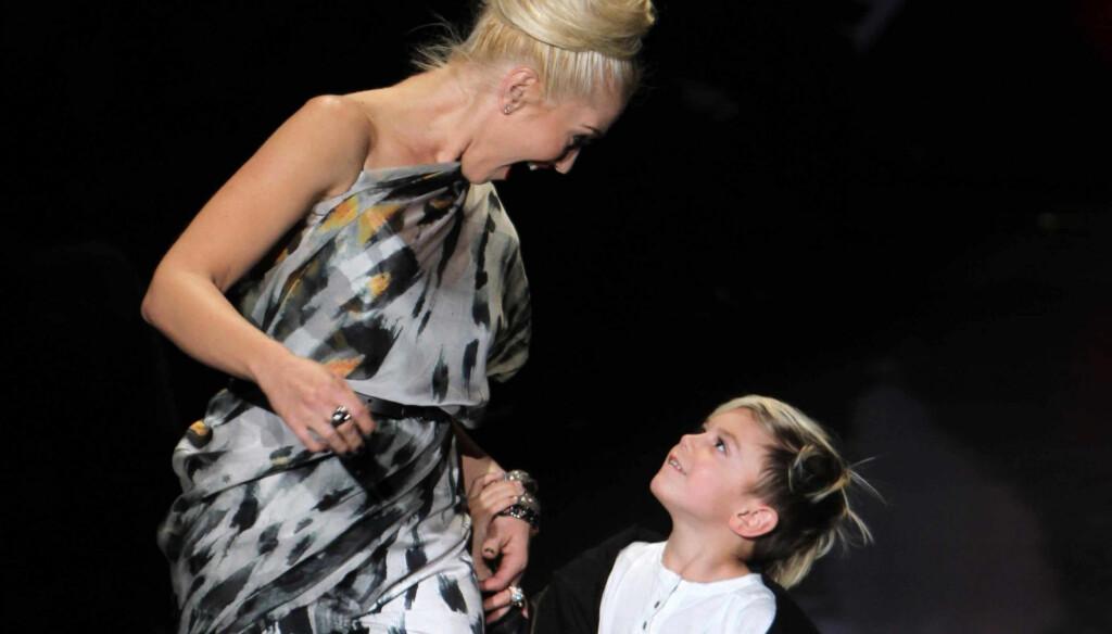 OVERRASKET: Popstjernen Gwen Stefani ble tilsynelatende svært overrasket over sønnens «modelldebut» på catwalken i New York torsdag. Stefani avsluttet moteuken i storbyen med sin egen L.A.M.B-kolleksjon.  Foto: Stella Pictures