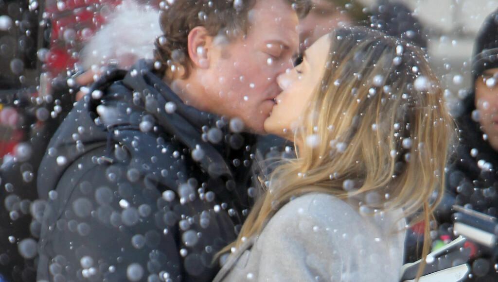 KLINTE TIL I SNØEN: Det mangler ikke på romantikk i Sarah Jessica Parker og Greg Kinnears nye film «I Don't Know How She Does It». Foto: Stella Pictures