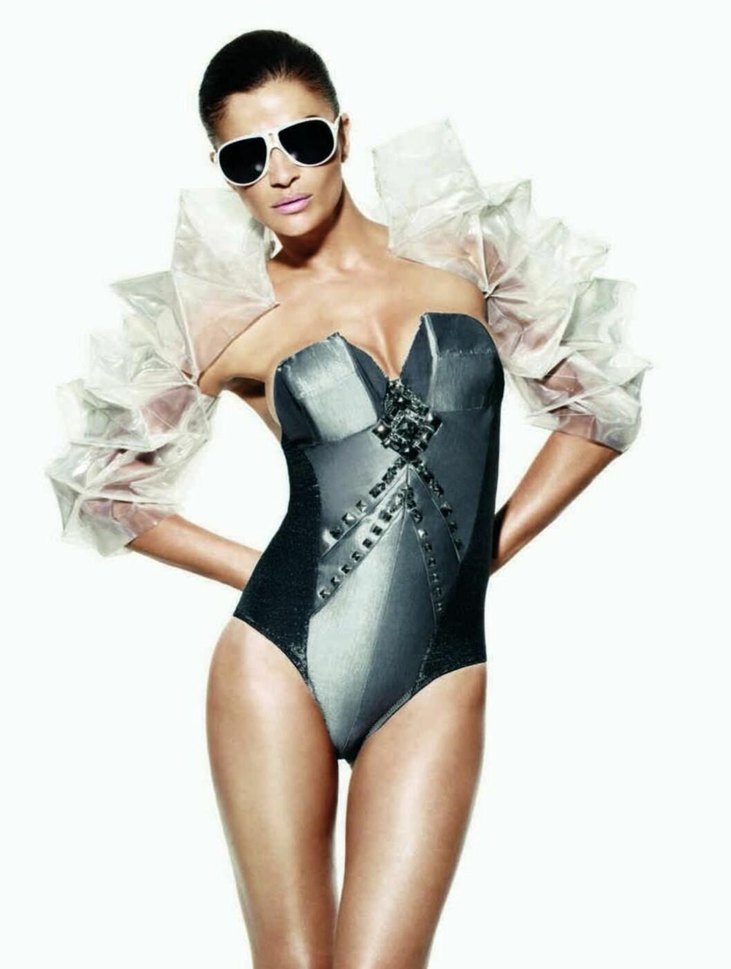 <strong>KUL:</strong> Helena Christensen kan konkurrere med enhver ung popstjerne i Triumphs nye kampanje - både i utseende og stil.  Foto: All Over Press