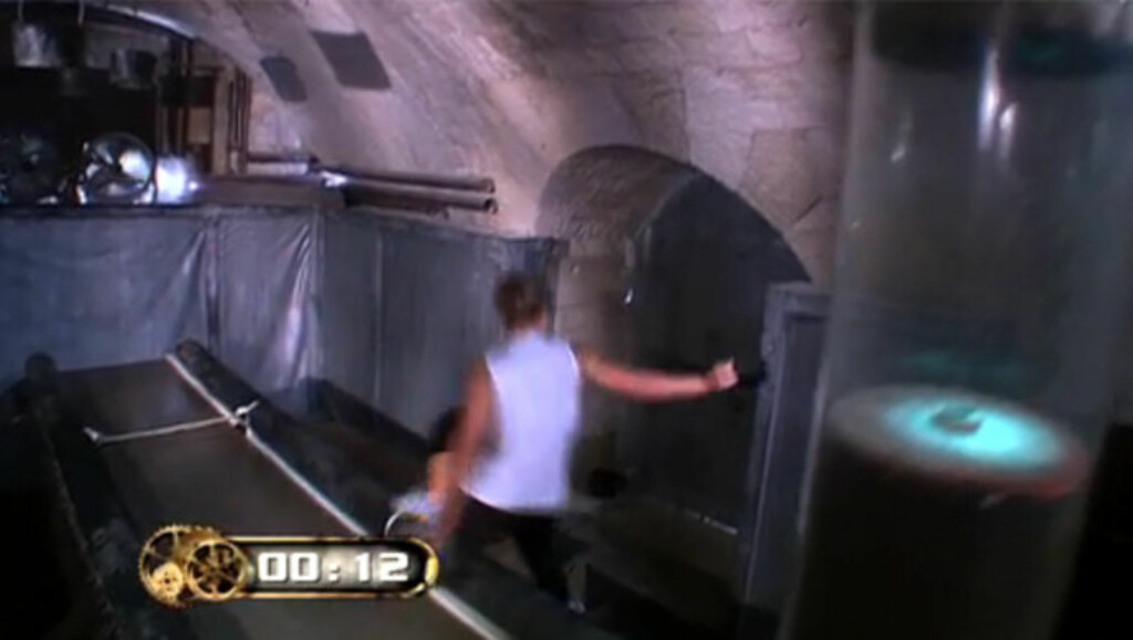 UHELDIG: Her faller Lene Alexandra av en tredemølle under innspillingen av TV3-programmet «Fangene på fortet». Foto: TV3