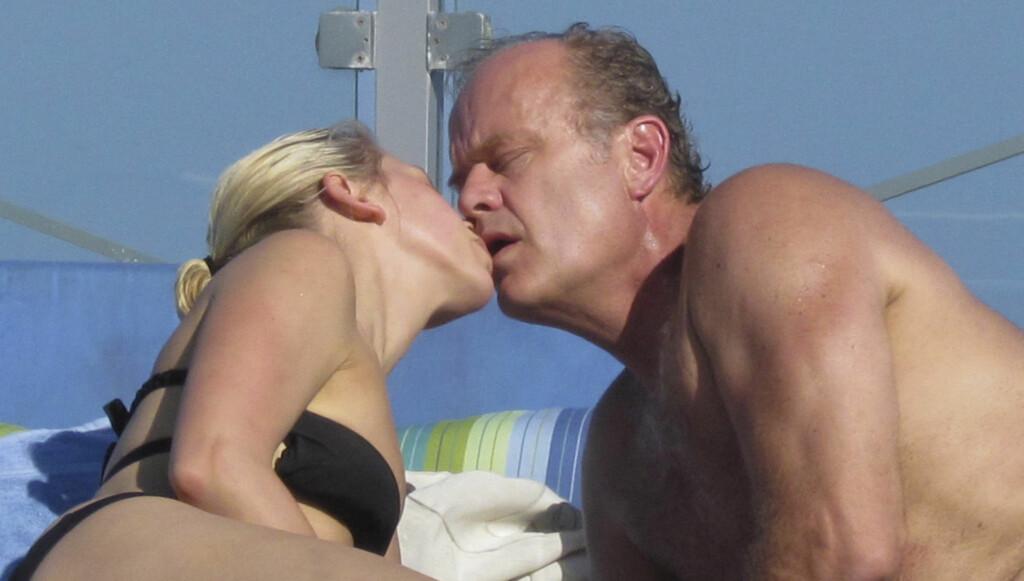 INTIMT: «Frasier»-stjernen Kelsey Grammer klinte til med sin 26 år yngre forlovede Kayte Walsh ved bassengkanten i Miami. De to har visstnok planer om å gifte seg allerede i slutten av februar. Foto: All Over Press