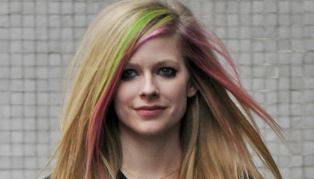 MOBBET: Avril Lavigne måtte tåle mye erting og mobbing fra søsknene mens hun vokste opp. De syntes nemlig all syngingen hennes var utrolig irriterende! Her avbildet utenfor et studio i London tidligere denne uken.  Foto: Stella Pictures