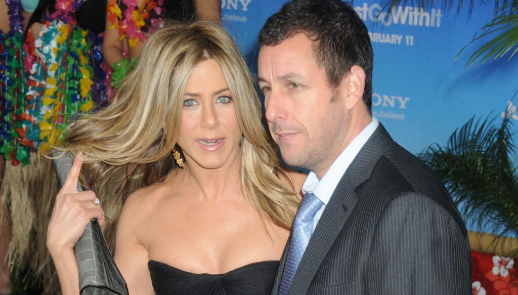 FORVIKLINGER: I «Just Go With It» spiller Jennifer Aniston og Adam Sandler to kolleger som later som om de er gift. Her er de to på premieren, som Heidi Montag ble nektet å være med på. Foto: All Over Press