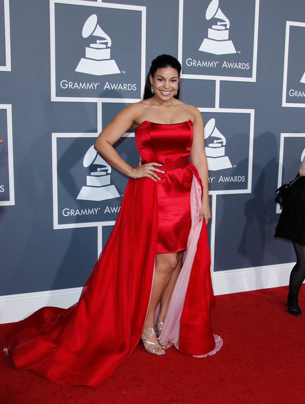<strong>LADY IN RED:</strong> Sangerinnen Jordin Sparks kom i kjole fra merket Zang Toi. Foto: All Over Press