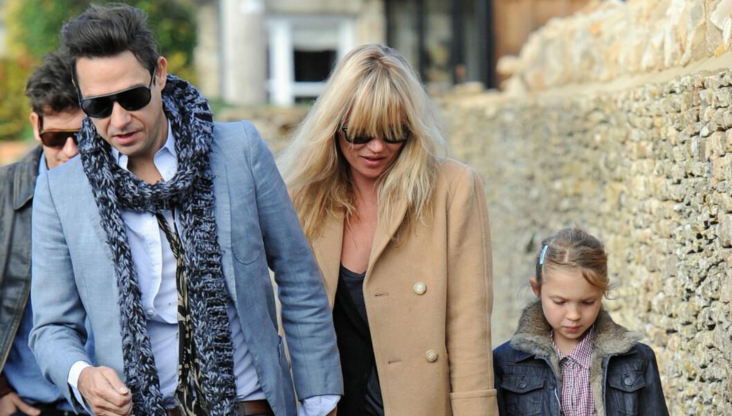 LYKKELIGE: Kate Moss og kjæresten Jamie Hince skal endelig gifte seg. Datteren Lila Grace har fått en ærefulle oppgaven som brudepike.  Foto: All Over Press