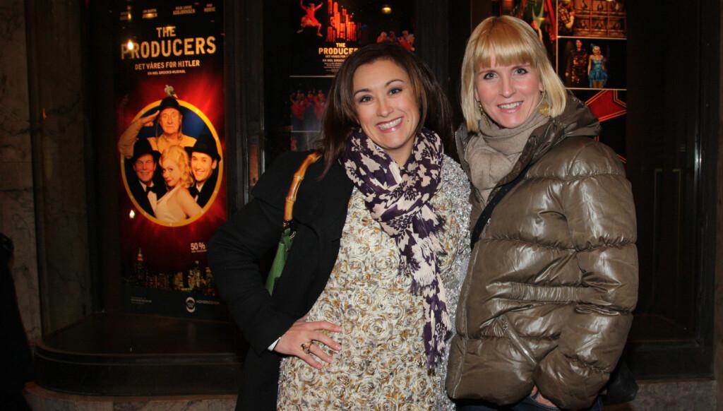 GODE VENNER: «Melonas»-damene Stine Buer (t.v) og Kristin Skogheim kom sammen på «The Producers»-premieren i Oslo torsdag kveld. Foto: Hedda Fannemel Espeli, Seher.no