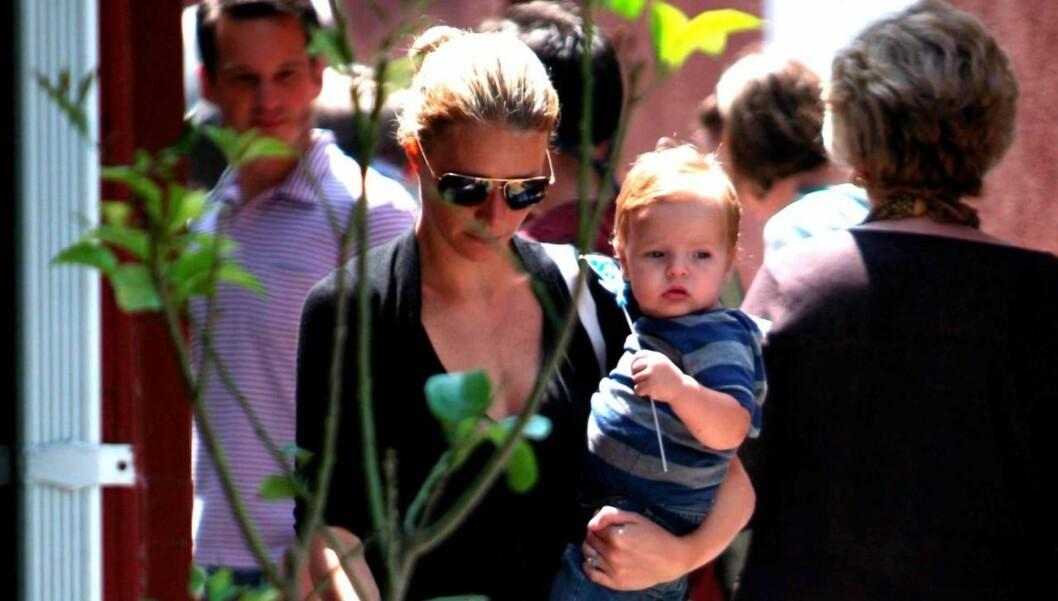 TØFF KRITIKK: Gwyneth Paltrow, her med sønnen Moses, innrømmer at hun flere ganger har vurdert å stanse sitt nyhetsbrev Goop, på grunn av tøff kritikk. Foto: All Over Press