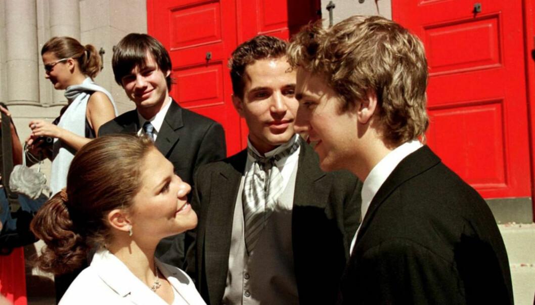 VAR NÆRE VENNER: Her gratulerer kronprinsesse Victoria brudgom Jon Spendrup etter at han har giftet seg med Camilla Bodin i august 1999. Foto: Scanpix