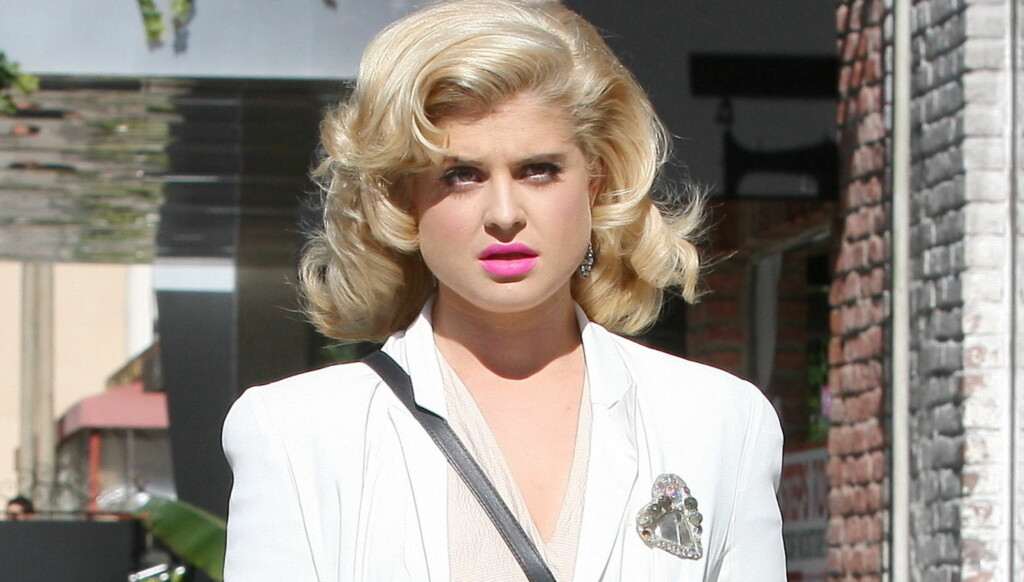 RETRO: Kelly Osbourne var tydelig inspirert av 1950-tallets filmdronning Marilyn Monroe da hun spiste lunsj og shoppet i Beverly Hills, L.A. mandag denne uken.  Foto: All Over Press