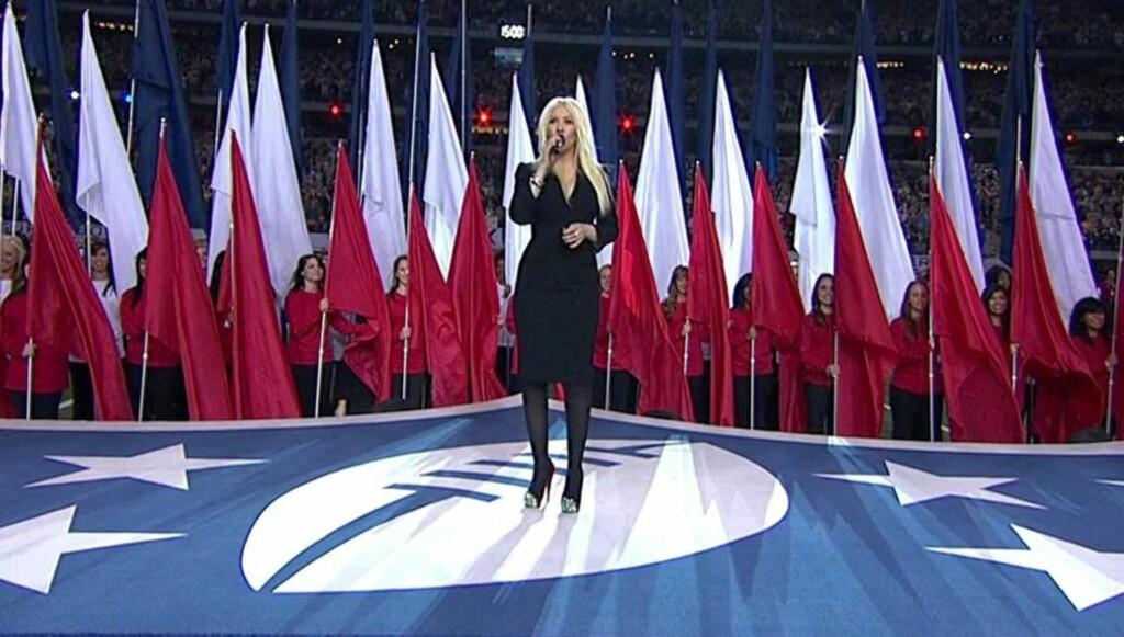 STOR ÆRE - STOR TABBE: Fallhøyden er stor når en artist mottar den ultimate ære det er å få synge nasjonalsangen på Superbowl. Foto: All Over Press