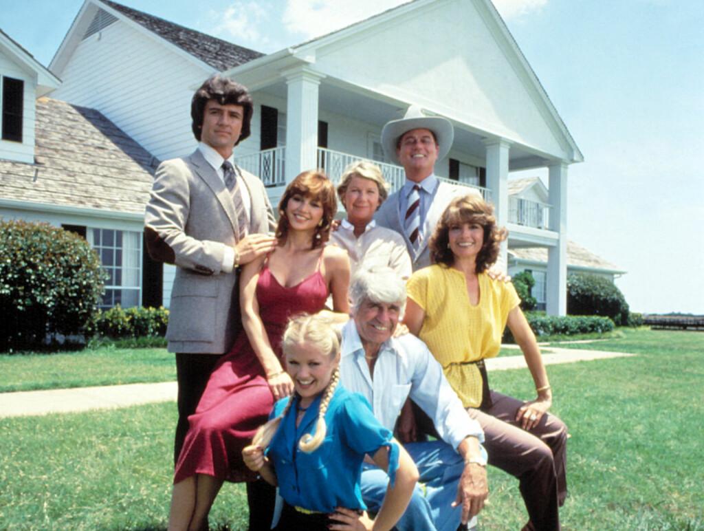 VERDENSKJENDISER: Larry Hagman (øverst til høyre) spilte den søkkrike JR Ewing i såpeserien Dallas fra 1970-tallet til 1990-tallet. Her sammen med resten av Ewing-familien. Foto: All Over Press