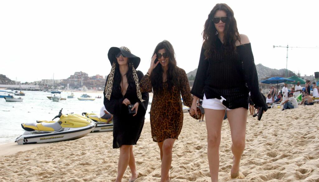 YNGST I FLOKKEN: Khloe Kardashian (t.h.) er den yngste av reality-søstrene. Her er hun på stranden sammen med Kim og Kourtney. Foto: Stella Pictures