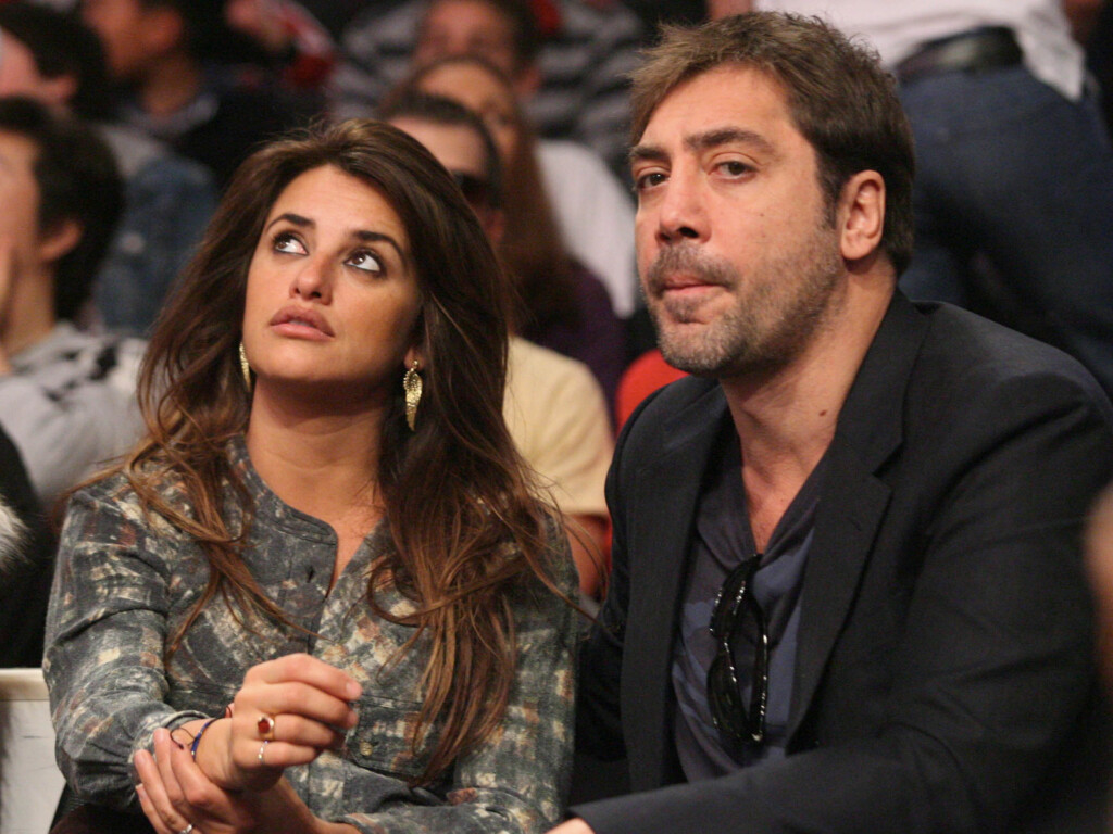 Academy Award winners Penelope Cruz and Javier Bardem spend Christmas Day watching the Los Angeles Lakers play the Miami Heat at The Staples Center in Los Angeles, CA.  <P>  Pictured: Penelope Cruz and Javier Bardem  <P>  <B>Ref: SPL235907  251210  </B><B Foto: All Over Press
