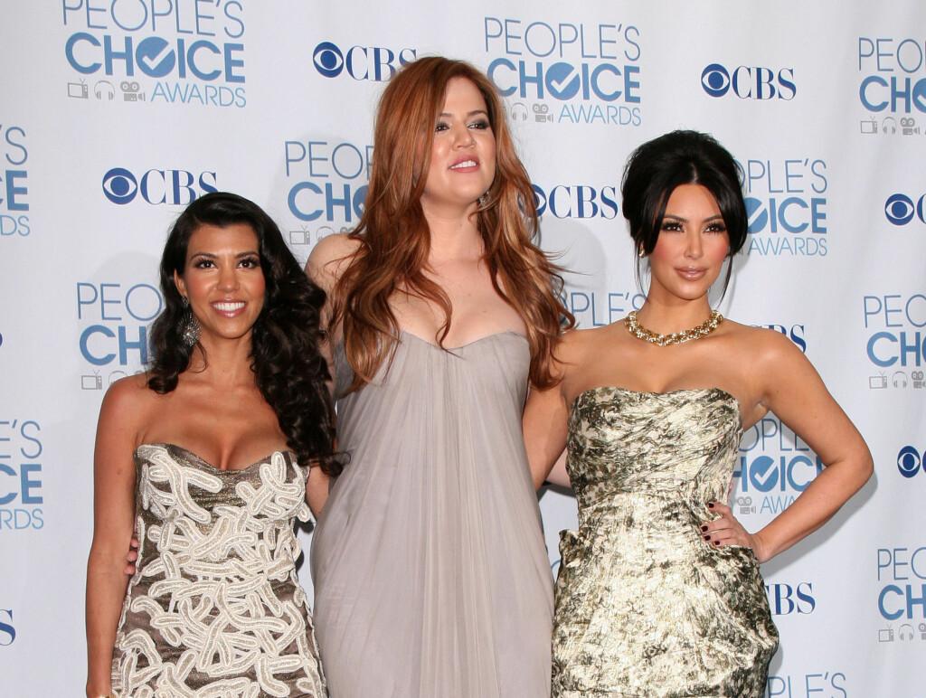 EN KAMP: - Det har vært en kamp jeg etter hvert har lært meg å håndtere, at man ikke bryr seg om hva andre mener, sier  Khloe Kardashian (i midten), her flankert av søstrene Kourtney (til venstre) og Kim (til høyre). Foto: All Over Press