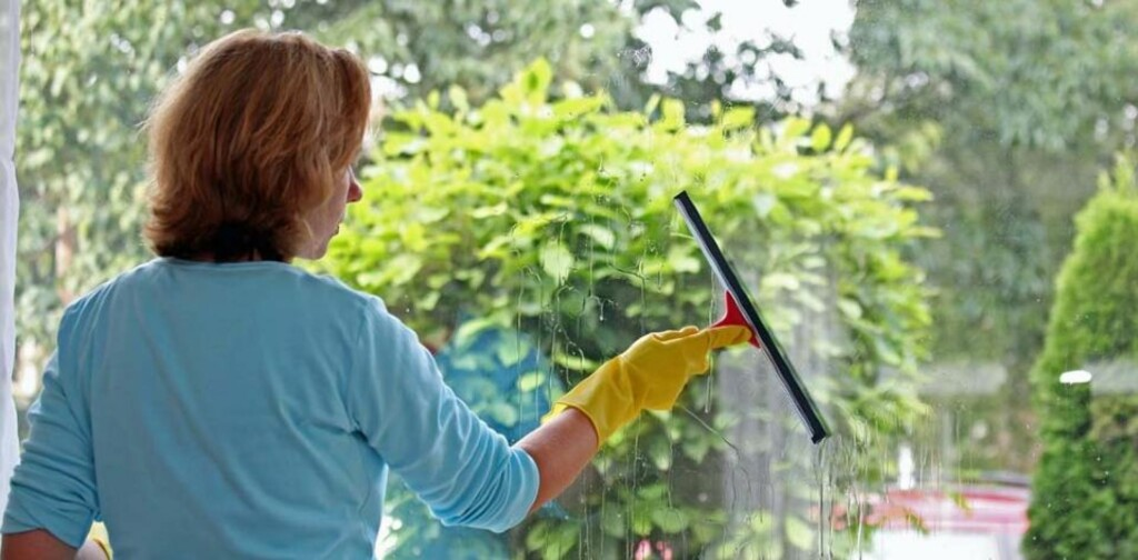 RENGJØRINGSALTERNATIVER: Rengjøring uten rengjøringsmidler er fullt mulig. En sprayflaske med uttynnet eddik fungerer for eksempel bra til vindusvask. Illustrasjonsfoto: www.colourbox.com