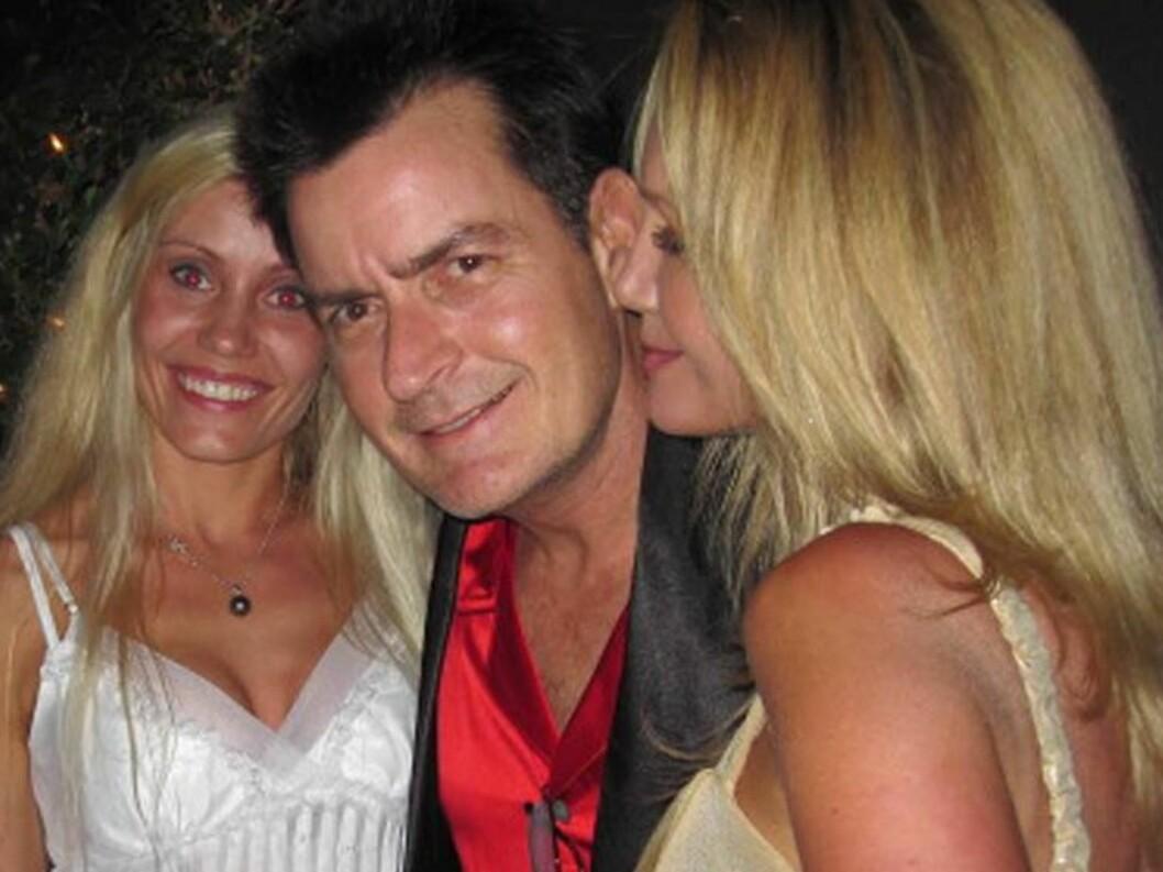 FESTLØVE: Charlie Sheen er blitt beryktet for sitt høye forbruk av damer og alkohol. Her er han på en tidligere fest med to ukjente skjønnheter i Playboy-huset. Foto: All Over Press